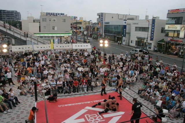 小田急・東海大学前駅で「丹沢はだの軽トラ市&駅前商店街プロレス」
