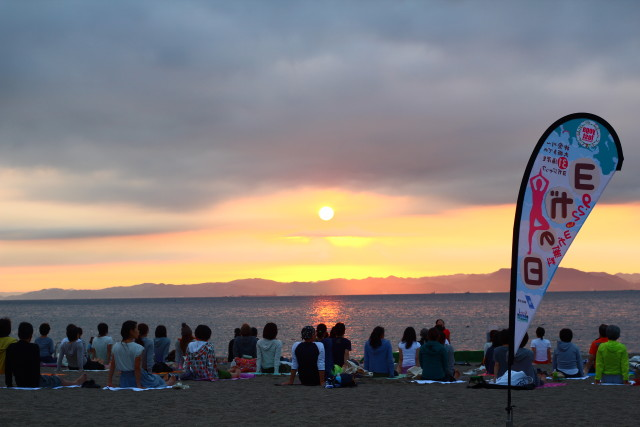 ビーチヨガで自然体感!「ヨガの日2017」日の出を眺める早朝ヨガイベントも@三浦海岸(三浦市)