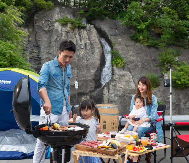 夏は家族と「手ぶらで本格バーベキュー(飲み放題つき)」!新横浜ラントラクト テラスに滝と緑のアウトドア空間が出現