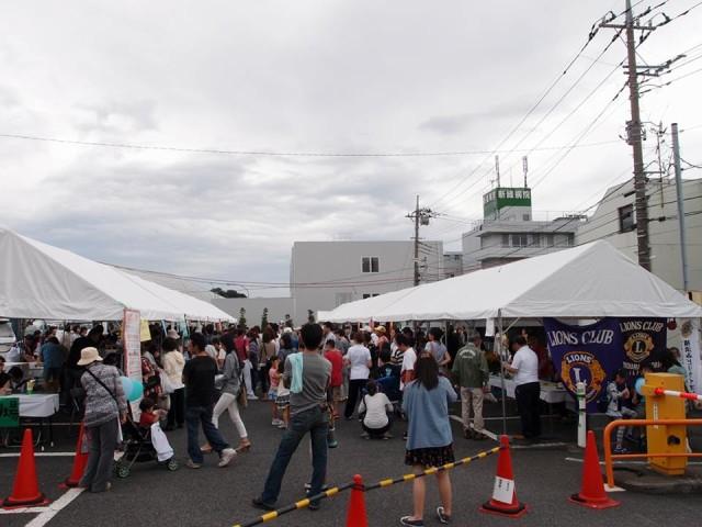 お笑いものまねコンビ「NOモーション。」も登場!横浜新緑総合病院「ふれあいバザー2017」で掘出物&フード満喫