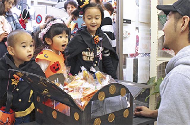 呪文でお菓子ゲット!秦野・渋沢駅前商店会のハロウィン仮装
