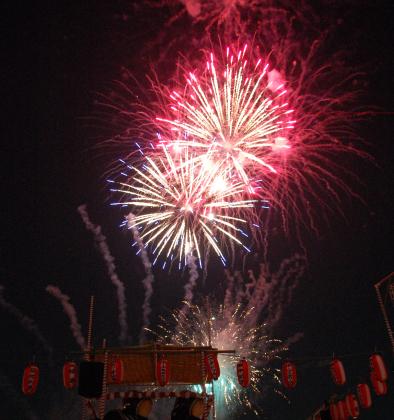 団地と花火の競演…地元名物「若葉台夏まつり」(横浜市旭区)で花火大会