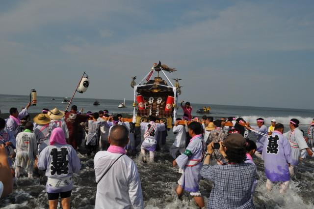 暁の祭典「浜降祭」(はまおりさい) 茅ヶ崎西浜海岸で神輿が海へ【今年は7月16日海の日】