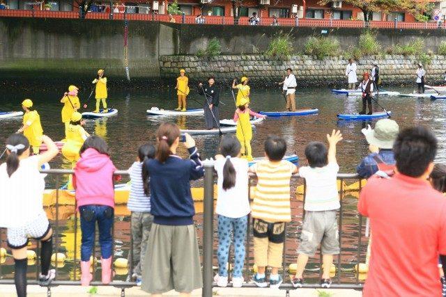 船上パフォーマンスによる「横浜運河パレード」。日ノ出町発着で大岡川、中村川をぐるり一周