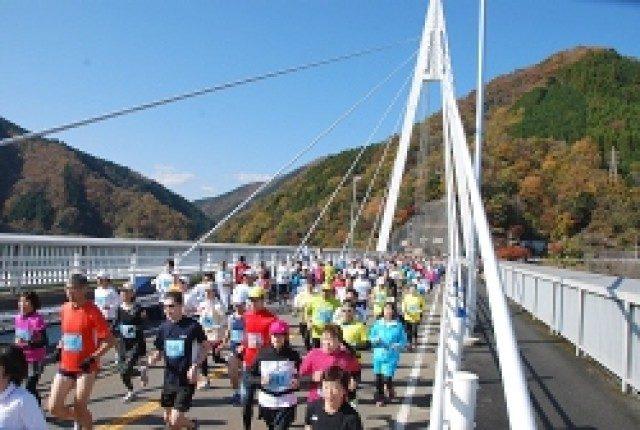 丹沢湖ハーフマラソン大会開催。ゴール後は全員に名物「しし汁」サービス!