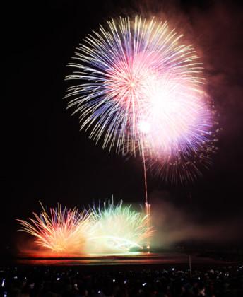 【鎌倉・江の島・茅ヶ崎・平塚・大磯の花火2018】湘南の海に映る花火は、一見の価値あり