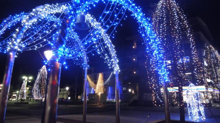 光のアーチをくぐって楽しめる寒川駅前イルミネーション