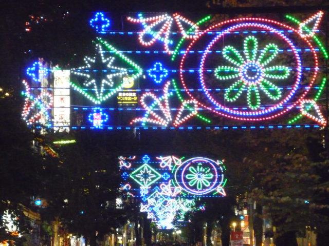 横浜・伊勢佐木町に光り輝く雪の結晶&幾何学模様オブジェ「イセザキ・ライト」