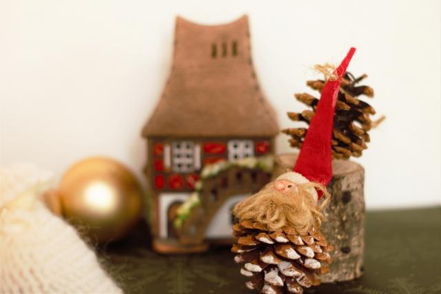 松ぼっくりや毛糸でクリスマス飾りをつくろう@アートフォーラムあざみ野