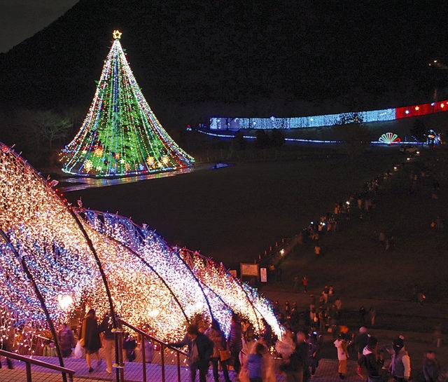"""高さ30m宮ヶ瀬ジャンボクリスマスツリーに""""光の吊り橋""""出現 ライブ、大抽選会も!"""