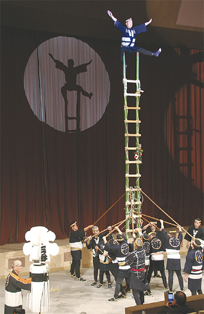 とび職人による「はしご乗り」披露 みなみんで消防出初式(横浜・南区)