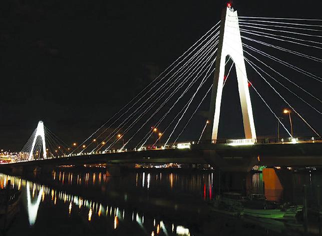 東京と川崎結ぶ「大師橋」年末年始の夜景 多摩川に映る橋の造形美を見に行こう