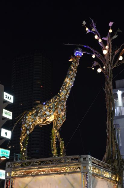武蔵小杉駅前に『光り輝くキリン』お目見え(川崎市中原区)