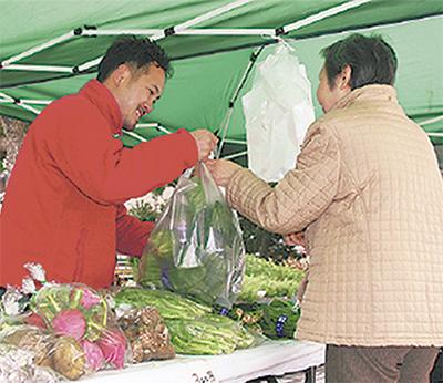 とれたて野菜を販売「まちなか農家さんのほどがや朝市」