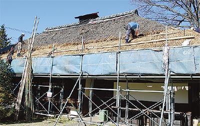 国登録有形文化財建造物「岩瀬邸」で茅葺屋根の葺き替え作業特別観覧会
