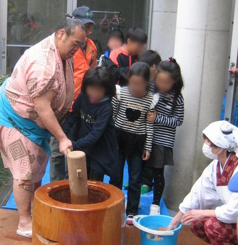 友綱部屋の力士とお餅つき!取り組みも@横浜・下和泉地区センター