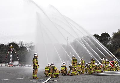 ラッパ隊の吹奏も 多摩ニュータウン市場で消防団出初式