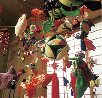 地域の縁側「えん」でつるし飾り展示