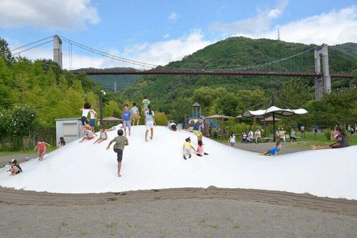 主役は子どもたち 人気の巨大遊具に大興奮の公園エンジョイコース