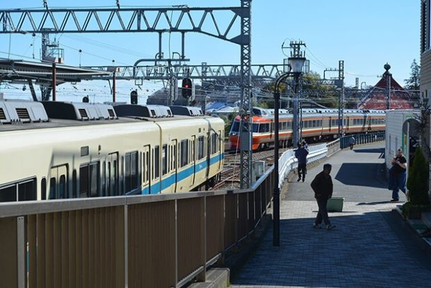 小田急線「秦野駅」南口/電車&アートな玄関口