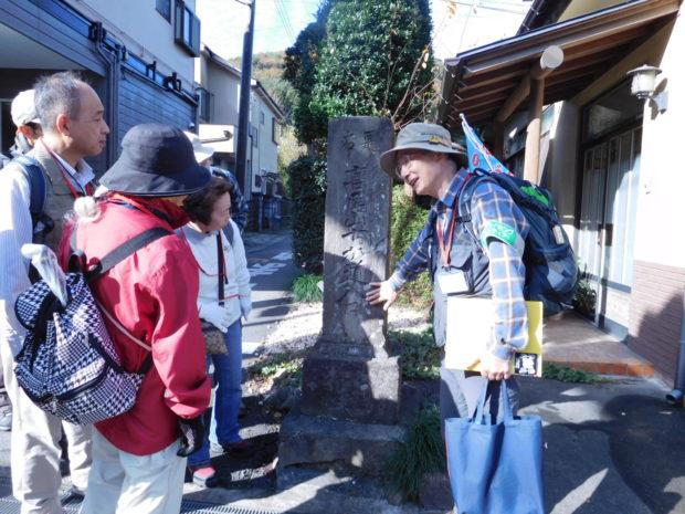高尾山で春の散策 木下沢梅林など巡るハイキングツアー