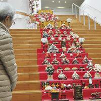 階段をひな壇に見立てた「心温まる雛人形」展示@秦野赤十字病院