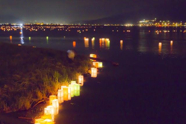 復興祈り、多摩川で灯ろう流し