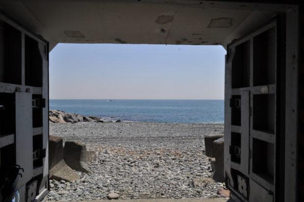 かまぼこ通りから穴場の浜辺へぶらり。3都市で交換したカラーデザインマンホールが⁉