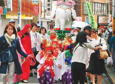 お稚児さんが甘茶を配布 釈迦の誕生祝う「旭区花まつり」4月7日横浜・二俣川で