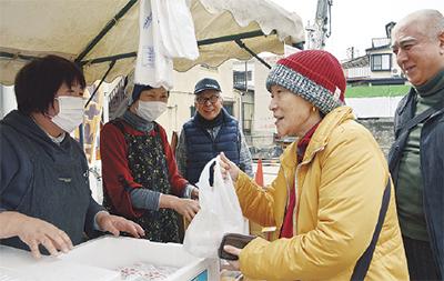 お餅で復興支援。横浜市南区のドンドン商店会で「チャリティー餅つき大会」