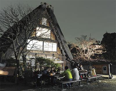 日本民家園で2日間限定ライトアップ。提灯片手に幻想的な園内楽しんで