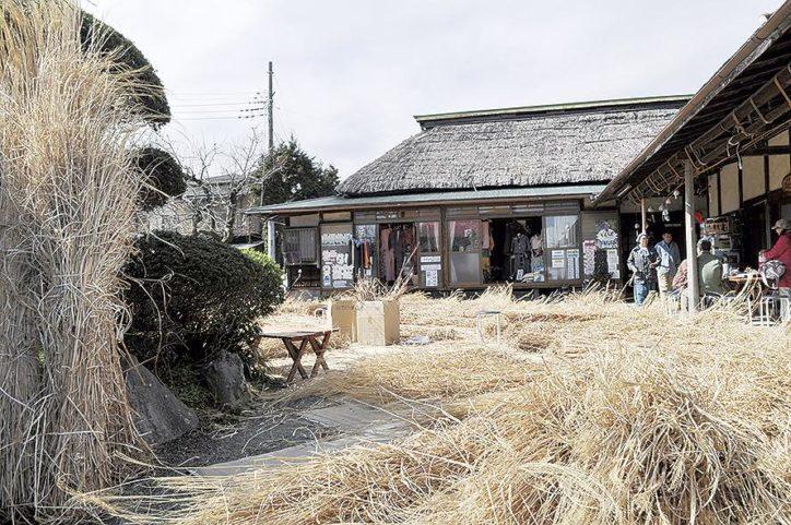 子どもに見せたい「開成町古民家ガーデン紋蔵」茅葺き屋根の葺き替え作業 茅プールも登場