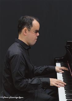 盲目のピアニスト梯剛之さんらが演奏「かわさきパラコンサート」