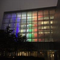町田市庁舎が毎週水曜・金曜ライトアップ 五輪カラーなどアトリウム照らす新名所に