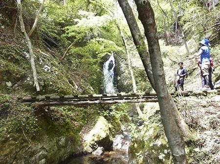 髭僧の滝/橋を渡りつぎ出合える秘境の滝 日常を忘れさせる感動の神秘的スポット