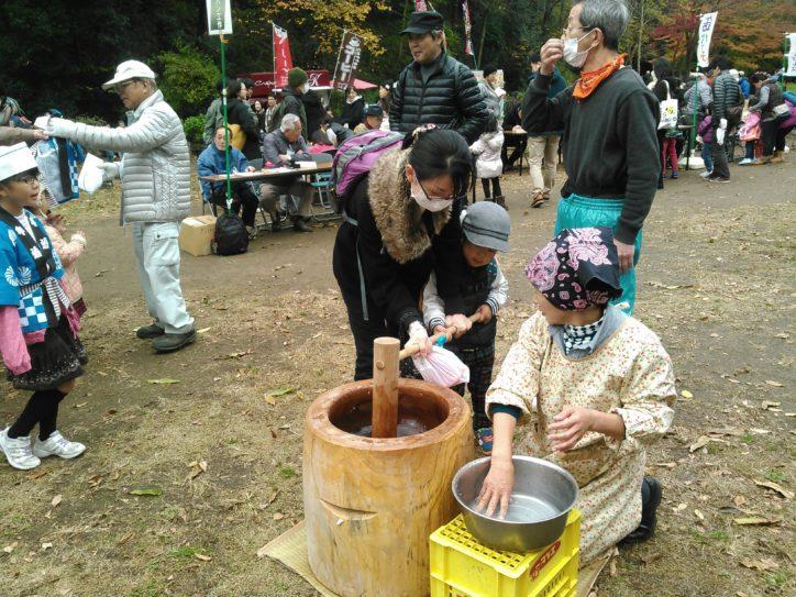 地元新鮮野菜販売など「2018収穫感謝祭」落葉プールや餅つき体験も@東高根森林公園(川崎市)