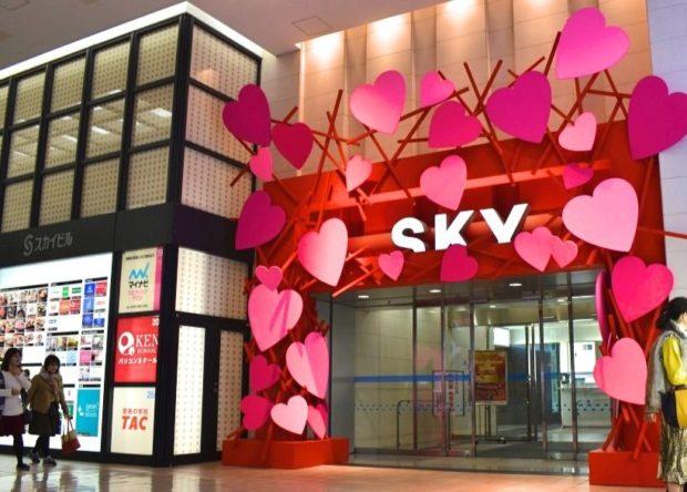 【ご本人登場】横浜・スカイビルに假屋崎省吾さんプロデュースの華麗なクリスマスツリー!