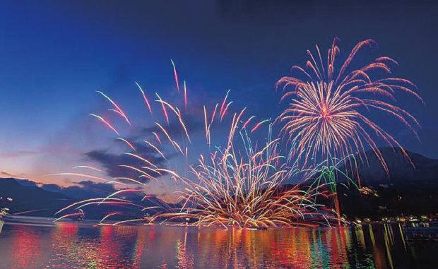 湖に浮かぶイルミネーション&トワイライト花火@箱根 芦ノ湖