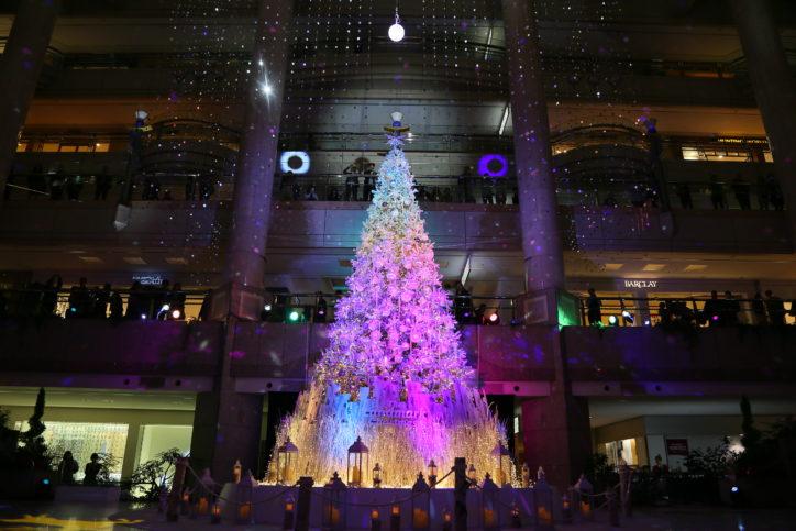 雪降る横浜ランドマークタワーでクリスマス 白雪の北欧の森が登場