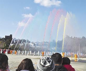 「藤沢市消防出初式」消防車両の分列行進が復活!はしご車登場も