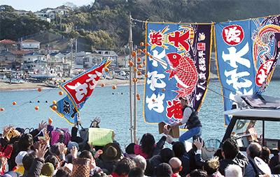 豊漁と海上安全祈願した新春の風物詩「小坪みかん投げ」@小坪漁港