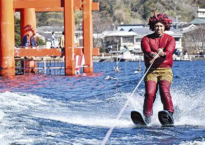 箱根神社『節分祭』水上スキーで逃げる鬼に豆を打つ「湖上豆まき」は必見!前夜祭で花火も