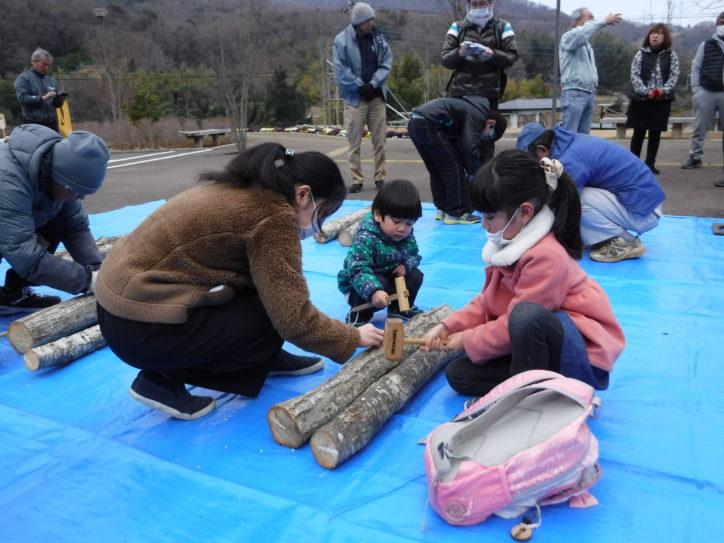 いせはら塔の山緑地公園で「シイタケ原木作り教室」キノコ栽培を楽しむ