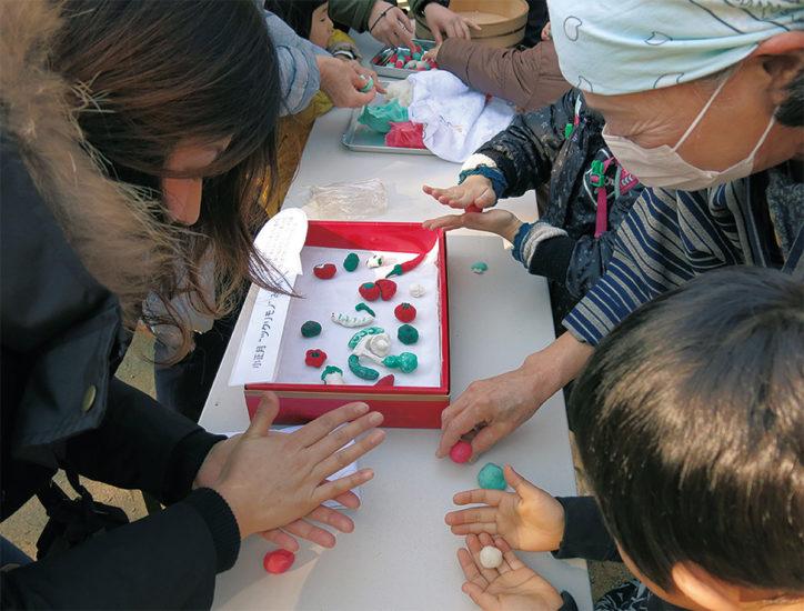 川崎市立日本民家園で小正月行事「まゆ玉飾りー小正月モノヅクリ」