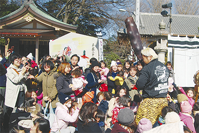 藤沢市の白旗神社で「こども豆まき」プロレスラー諏訪魔選手&ふじキュンも!!