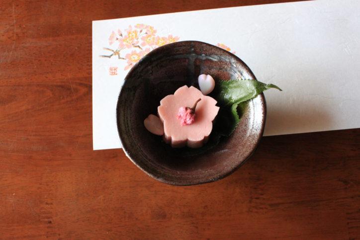 創業大正12年。老舗の割烹店の桜ごま豆腐