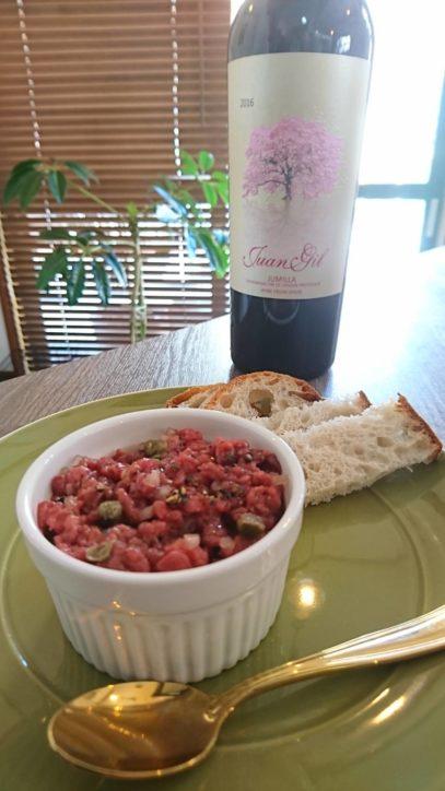 桜肉(馬肉)のタルタルとスペイン産赤ワインのセット