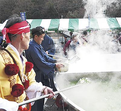 伊勢原名物イベント「大山とうふまつり」直径4mの仙人鍋に豆腐早食い大会も