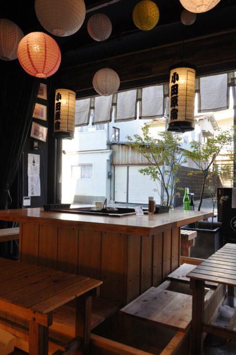 囲炉裏席でポカポカ足湯!銘酒も楽しめる老舗かまぼこ店「鱗吉(うろこき)」