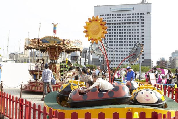 横浜赤レンガ倉庫で「ドイツの春祭り」キッズパークに移動遊園地!ビール&フードも